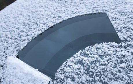 Jak zimą dbać o szyby swojego samochodu?